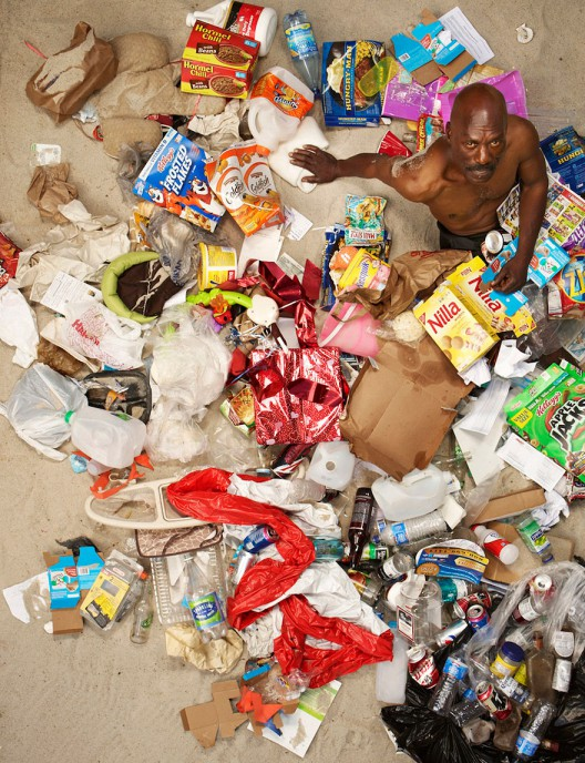 7-days-of-garbage-environmental-photography-gregg-segal-5-528x688 in 7 Days of Garbage